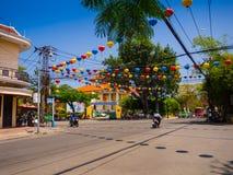 HOIAN VIETNAM, SEPTEMBER, 04 2017: Gatasikt med gamla hus och färgrika lanters som göras av papper, i forntida Hoi An Royaltyfri Bild