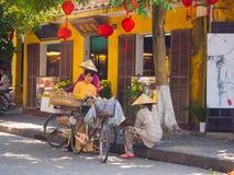 HOIAN VIETNAM, SEPTEMBER, 04 2017: Oidentifierat folk på gatasikten med gamla hus och färgrika lanters som göras av Arkivfoto