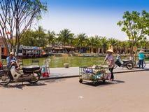 HOIAN VIETNAM, SEPTEMBER, 04 2017: Oidentifierat folk som cyklar och går i gatorna i Hoi An den forntida staden, UNESCO Royaltyfria Foton