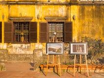 Hoian Wietnam, Sierpień, - 05, 2017: Plenerowa ekspozycja sztuka, niektóre piękni obrazki przed starymi domami w Hoi Zdjęcia Royalty Free