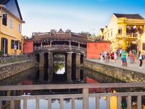 HOIAN, WIETNAM, WRZESIEŃ, 04 2017: Niezidentyfikowani ludzie chodzi w zakrywającej bridżowej Cau Chua pagodzie, Cau Nhat zakaz, L Fotografia Royalty Free