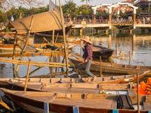 HOIAN, WIETNAM, WRZESIEŃ, 04 2017: Niezidentyfikowani ludzie w tradycyjnych łodziach przed antyczną architekturą w Hoi Obraz Stock