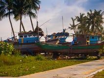 HOIAN, WIETNAM, WRZESIEŃ, 04 2017: Niezidentyfikowani ludzie załatwiać łamane łodzie w Hoi, Wietnam Hoi jest Światowym ` s Fotografia Royalty Free