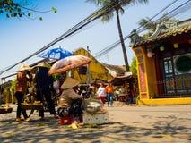 HOIAN, WIETNAM, WRZESIEŃ, 04 2017: Niezidentyfikowany kobiety odprowadzenie i niektóre kobiety trzyma parasol w ich ręce i Zdjęcia Royalty Free