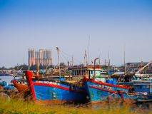 HOIAN, WIETNAM, WRZESIEŃ, 04 2017: Tradycyjne łodzie przed antyczną architekturą w Hoi, Wietnam Hoi jest Zdjęcia Royalty Free