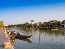HOIAN, WIETNAM, WRZESIEŃ, 04 2017: Tradycyjne łodzie przed antyczną architekturą w Hoi, Wietnam Hoi jest Zdjęcia Stock