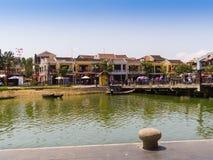 HOIAN, WIETNAM, WRZESIEŃ, 04 2017: Tradycyjne łodzie przed antyczną architekturą w Hoi, Wietnam Hoi jest Obrazy Stock