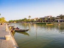 HOIAN, WIETNAM, WRZESIEŃ, 04 2017: Tradycyjne łodzie przed antyczną architekturą w Hoi, Wietnam Hoi jest Obraz Stock