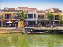 HOIAN, WIETNAM, WRZESIEŃ, 04 2017: Tradycyjne łodzie przed antyczną architekturą w Hoi, Wietnam Hoi jest Obrazy Royalty Free
