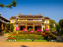 HOIAN, WIETNAM, WRZESIEŃ, 04 2017: Widok antyczna świątynia z pięknym jarden z kolorowymi kwiatami przy hoian, wewnątrz Obraz Royalty Free