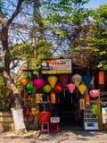 HOIAN, WIETNAM, WRZESIEŃ, 04 2017: Zamyka up rynek z kolorowymi lanters robić papier, w Hoi antyczny miasteczko Zdjęcia Royalty Free