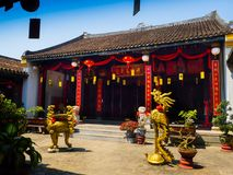 HOIAN, WIETNAM, WRZESIEŃ, 04 2017: Zamyka up złote statuy w patiu w świątyni przy hoian, w Wietnam Zdjęcie Royalty Free