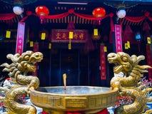 HOIAN, WIETNAM, WRZESIEŃ, 04 2017: Zamyka up złote statuy w patiu w świątyni przy hoian, w Wietnam Obrazy Stock