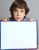 Hoja adolescente del papel en blanco del control del muchacho en marco Imágenes de archivo libres de regalías