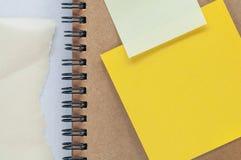 Hoja amarilla de los papeles de nota Imagenes de archivo