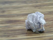 Hoja arrugada del Libro Blanco en fondo de madera con el espacio de la copia imagen de archivo libre de regalías
