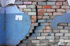 Hoja blanca para un anuncio en una pared vieja de la grieta Foto de archivo