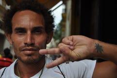 Hoja cubana del marajuana del signo de la paz de La Habana Cuba del hombre Imágenes de archivo libres de regalías