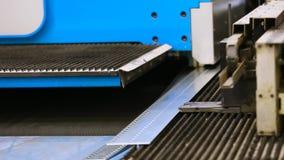 Hoja de aluminio del corte con las tijeras para los sistemas del aire acondicionado y de ventilación escena Equipo moderno para e almacen de metraje de vídeo