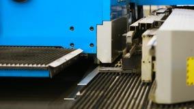 Hoja de aluminio del corte con las tijeras para los sistemas del aire acondicionado y de ventilación escena Equipo moderno para e almacen de video