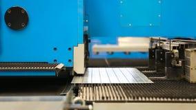 Hoja de aluminio del corte con las tijeras para los sistemas del aire acondicionado y de ventilación escena Equipo moderno para e metrajes