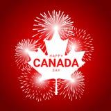 Hoja de arce con los fuegos artificiales para el día nacional de Canadá Foto de archivo