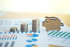 hoja de cálculo de la acción de actividades bancarias con la moneda de la pila y guarro financieros encendido Imagen de archivo libre de regalías