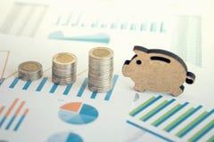hoja de cálculo de la acción de actividades bancarias con la moneda de la pila y guarro financieros encendido Foto de archivo libre de regalías