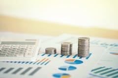 hoja de cálculo financiera de la acción de actividades bancarias con la calculadora, moneda de la pila Fotos de archivo libres de regalías