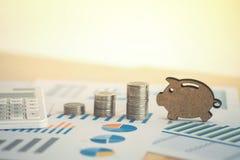 hoja de cálculo financiera de la acción de actividades bancarias con la calculadora, moneda de la pila Foto de archivo libre de regalías