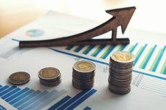 hoja de cálculo financiera de la acción de actividades bancarias con la moneda y la pluma, CRNA de la pila Foto de archivo