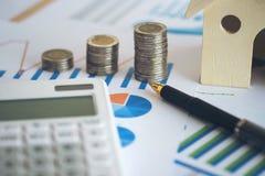 hoja de cálculo financiera de la acción de actividades bancarias con la pila de moneda, casa, c Imágenes de archivo libres de regalías
