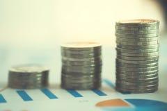 hoja de cálculo financiera de la acción de actividades bancarias con la pila de moneda y de backg Imágenes de archivo libres de regalías