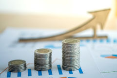 hoja de cálculo financiera de la acción de actividades bancarias con la pila de moneda y de backg Foto de archivo