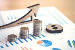 hoja de cálculo financiera de la acción de actividades bancarias con la pila de moneda y de backg Fotos de archivo