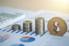 hoja de cálculo financiera de la acción de actividades bancarias con la calculadora, moneda de la pila Fotografía de archivo libre de regalías