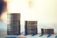 hoja de cálculo financiera de la acción de actividades bancarias con la pila de moneda y de backg Fotos de archivo libres de regalías