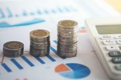 Hoja de cálculo financiera de la acción de actividades bancarias con la pila de moneda y de calcu Imagenes de archivo