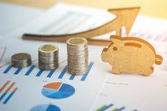 Hoja de cálculo de la acción de actividades bancarias con la pila de moneda y guarro financieros Fotografía de archivo libre de regalías