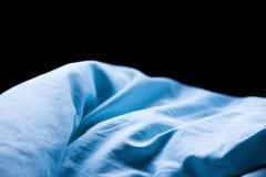 Hoja de cama azul de la arruga del sueño de la mañana fotos de archivo libres de regalías