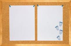 Hoja de dos lilas y clip de papel en fondo de madera Imagen de archivo libre de regalías