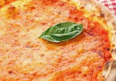 Hoja de la albahaca sobre la pizza italiana en pizzería en Nápoles Imagen de archivo