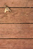 Hoja de la caída en deckboards Fotografía de archivo