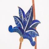 Hoja de las flores en la teja blanca baldosa cerámica de los oae adentro fotos de archivo libres de regalías