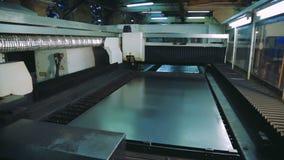 Hoja de metal del corte del laser del plasma con las chispas CNC del ordenador almacen de video