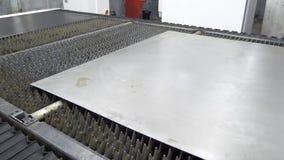 Hoja de metal en la cortadora digital industrial del laser del CNC almacen de metraje de vídeo