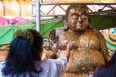 Hoja de oro cerrada de la gente en Buda Imagen de archivo
