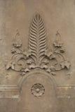 Hoja de palma rodeada por la hiedra Elemento arquitectónico decorativo Fotos de archivo