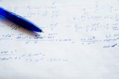 Hoja de papel ajustada llenada de fórmulas Fotografía de archivo