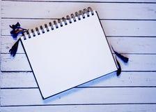 Hoja de papel blanca con el espacio para las plumas del withBlue del texto y el polvo del oro Visión superior Mesa femenina Un es Fotos de archivo libres de regalías